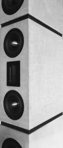 Die Verwendung von High-Performance-Gussbeton als Lautsprechergehäuses in Form dreier Monolithen betonen die Wertigkeit dieses exklusiven Designobjektes. Die, modular aus drei aufeinander stehender Monolithen aus Gussbeton, aufgebaute Form unseres Lautsprechers DIVERSO verleiht dem größten Standlautsprecher von BETONart-audio Portfolio nicht nur klanglich, sondern auch optisch eine verblüffende ästhetische Leichtigkeit.